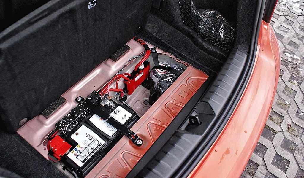 Akumulator w bagażniku BMW M135i