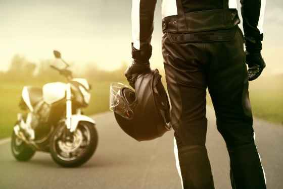 Motocyklista, motor, kask
